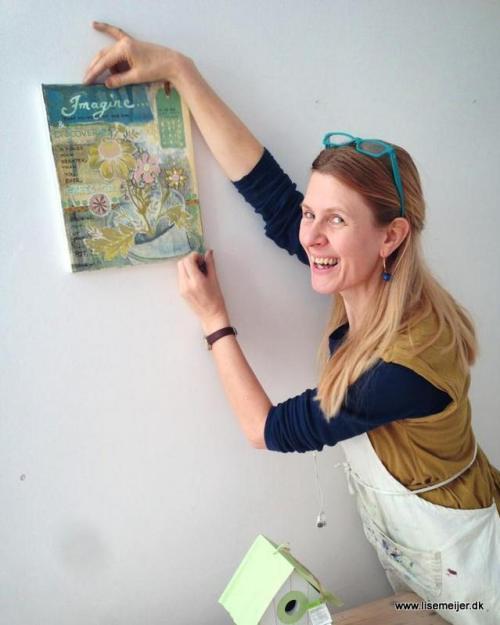 Lise hænger maleri op